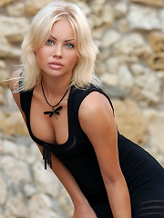 Zemani.com Jessika - Super beautiful blond in black dress poses for fashion at first, but then she takes off her dress and shows her per