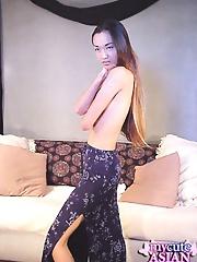 Pretty babe does a very sexy strip tease